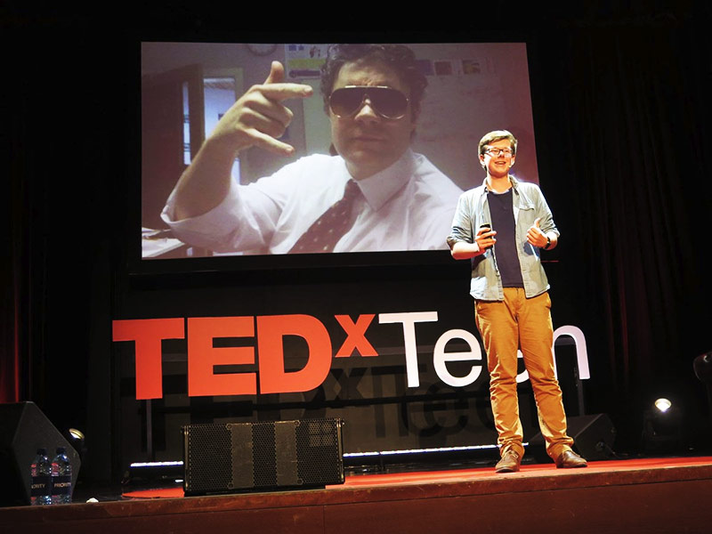 Erik Finman na conferência TedX. Rapaz milionário Bitcoin.