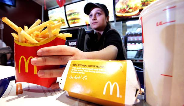 Funcionário no Restaurante McDonalds a entregar comida ao cliente