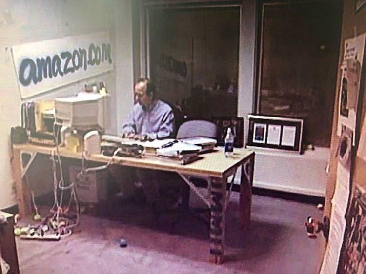 Jeff Bezos no escritório da Amazon em 1999